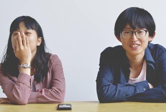 Deux japonais réagissant à une discussion