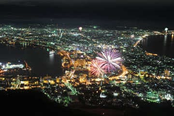Les festivités de la ville de Hakodate pendant la nuit