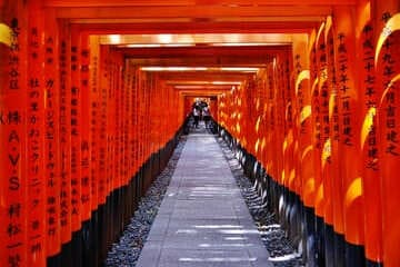 Le grand chemin de portes rouges à Kyoto