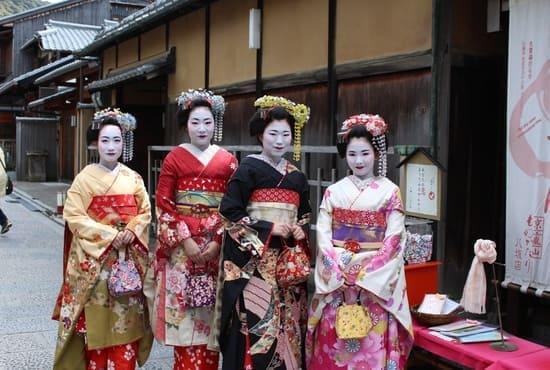 Des japonaises en costume de geishas au printemps