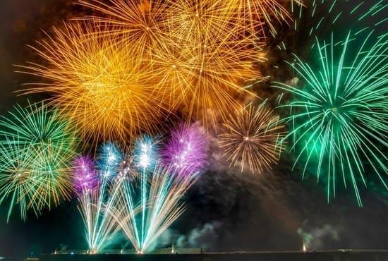 Les feux d'artifices et leurs lumières dans le ciel