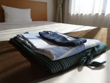 Un lit d'hôtel bien propre et âpreté
