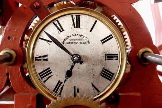 Une horloge à aiguilles avec le temps affiché