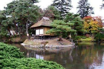 Le magnifique jardin et son îlot en son centre