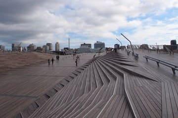 L'avancée en bois qui mène vers la mer situé à Yokohama
