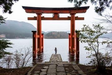 Observer le paysage à travers le torii de Hakone