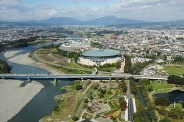 Panorama sur la ville de Maebashi ainsi que son fleuve