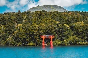 Une torri gate rouge qui offre un paysage radieux