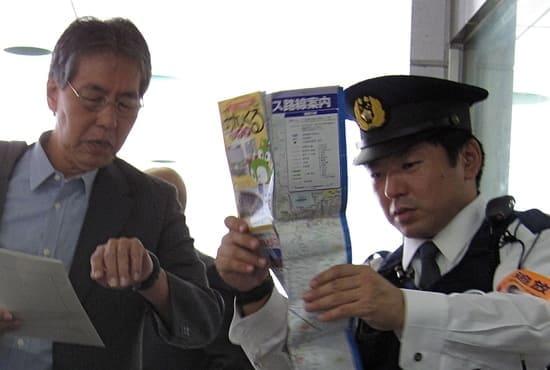 Un policier renseignant un monsieur avec une carte