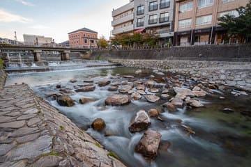 la somptueuse rivière au centre de la ville
