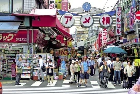Une rue avec beaucoup de passants et de commerces
