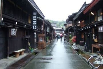 Une rue de Takayama à la forme traditionnelle