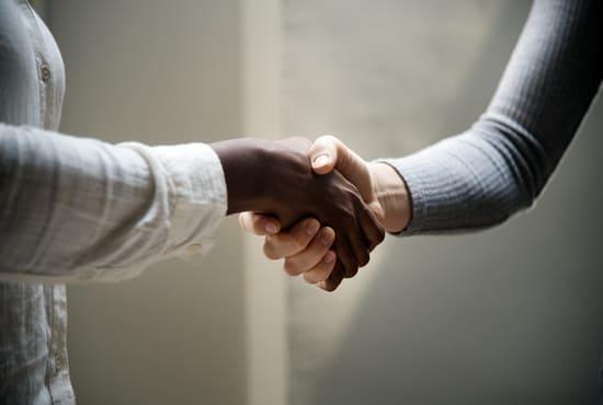 Deux personne se serrant la main pour se saluer
