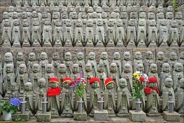 Beaucoup de petites statues devant un sanctuaire