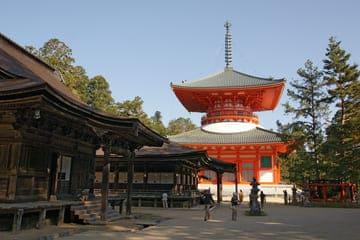 Un temple rouge situé dans le mont Koya