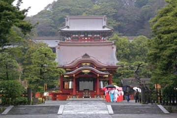 L'avant du temple Tsurugaoka à Kamalura