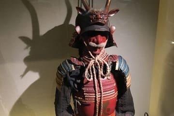 Une photo d'une vieille armure rouge de samouraï