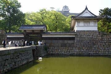 L'entrée fortifiée pour se rendre au château
