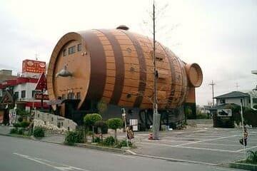 Un drôle de bâtiment en forme de tonneau géant