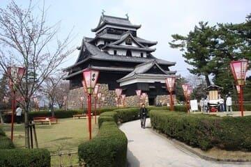 Le château sombre conservé de Matsue