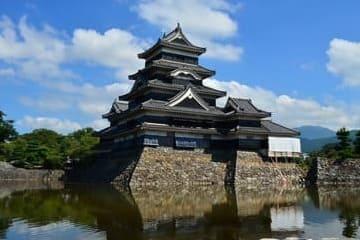 Le château noir de Matsumoto en plein jour