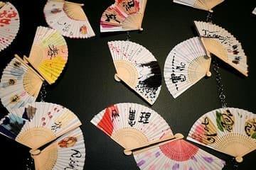 Différents éventails japonais avec des couleurs et des écritures