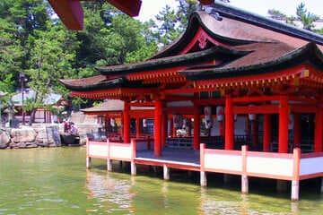 La pavillon rouge flottant sur l'eau