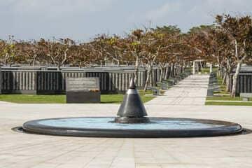 Le centre de mémorial donnant place aux pierres en marbre