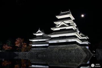 Le château de Matsumoto illuminé durant la nuit