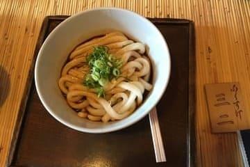 Un bol de pâtes typiquement japonaises