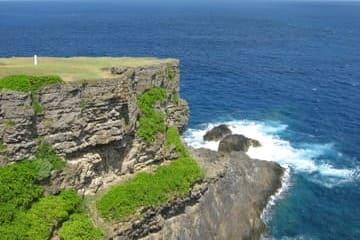 Une des falaises de l'île Okinoerabu des îles Amami