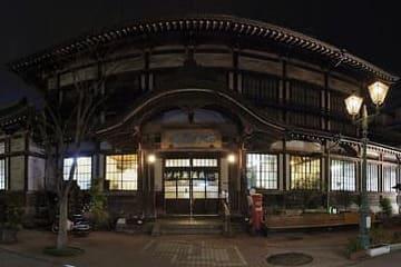 Le devant d'un onsen à Beppu en pleine nuit