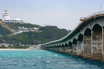 Photo du pont qui relie Nago à une petite île