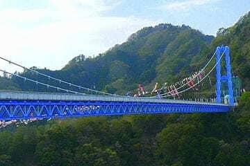 Le grand pont suspendu et ses panoramas de verdure