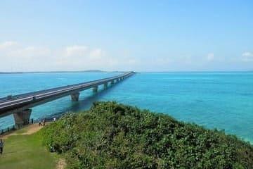 Panorama du pont et de la magnifique mer turquoise