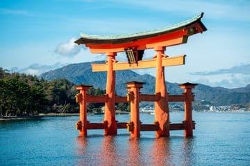 La torii gate rouge qui flotte à Hirshomi