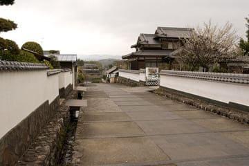 Une rue de la ville menant à des maisons de samouraïs