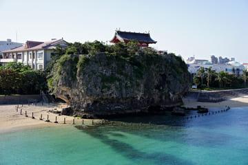 Photo de l'énorme rocher au bord de mer où repose le sanctuaire