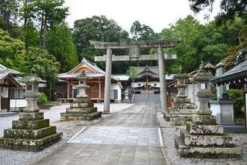 Une splendide allée d'un sanctuaire à Oita