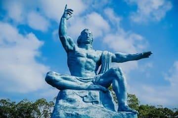 Photo d'une statue représentant la paix au parc de Nagasaki