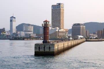 Vue sur la port de Takamatsu et ses grattes ciels