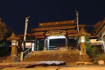 L'avant du temple en pleine nuit à Kumamoto