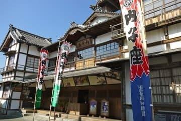 L'avant du théâtre actif de Uchiko.