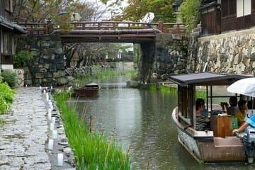 Un canal où circule des bateaux à Omihachiman