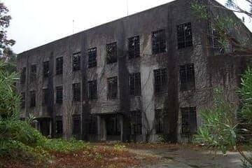 Le bâtiment totalement à l'abandon sur l'île