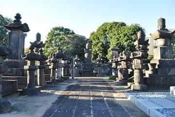 Photo d'une allée du vieux cimetière dans le quartier de Yanaka