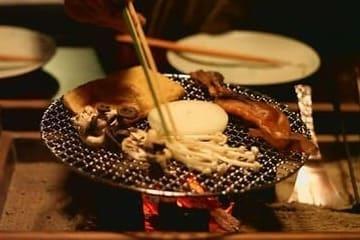 Des aliments qui chauffent sur un Irori japonais
