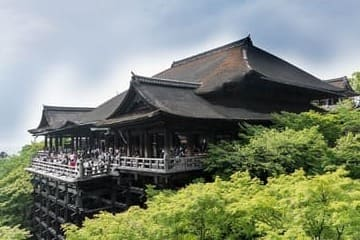 Photo d'un grand temple de Kyoto et de son balcon