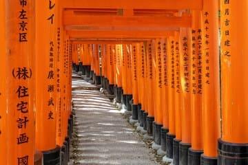 Les nombreuses portes rouges à Kyoto qui forment un chemin