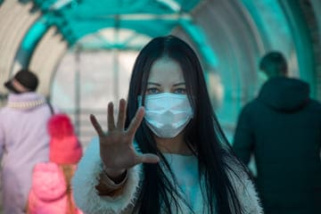 Phot d'une femme portant un masque anti bactériens